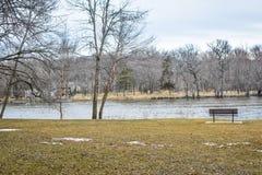 Banco por el río de la roca - parque de la orilla - Janesville, WI fotografía de archivo libre de regalías