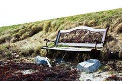 Banco quebrado en colina overgrown Fotos de archivo libres de regalías