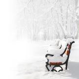 Banco rojo en la nieve Imagen de archivo libre de regalías