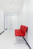 Banco rojo, silla roja en sala de espera foto de archivo libre de regalías