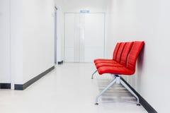 Banco rojo, silla roja en sala de espera Foto de archivo