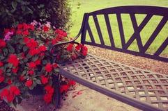 Banco romántico en el jardín Imágenes de archivo libres de regalías