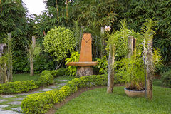 Banco romantico nel giardino Fotografia Stock