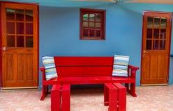 Banco rosso sulla parete blu Fotografia Stock
