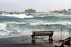 Banco só em um dia tormentoso em Paphos foto de stock royalty free