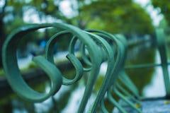 Banco sob a ?rvore nos jardins bot?nicos em Chiangmai Tail?ndia imagem de stock royalty free