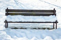 Banco solo cubierto por la nieve Fotos de archivo libres de regalías
