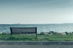 Banco solo en costa de mar Imagen de archivo libre de regalías