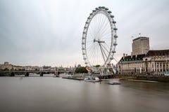 Banco sul do rio Tamisa e da skyline de Londres na manhã Imagem de Stock