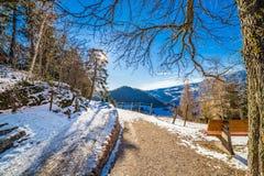 Banco sulla strada della montagna Fotografie Stock Libere da Diritti