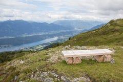 Banco sulla valle di Alp Millstatt View Into The e sul lago Millstatt Immagine Stock Libera da Diritti