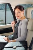 Banco traseiro executivo do carro do portátil do trabalho da mulher de negócios Fotografia de Stock Royalty Free