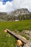 Banco in un paesaggio della montagna Fotografie Stock