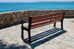 Banco vacío del seaview en Cala Bona, Majorca, España Fotografía de archivo libre de regalías