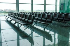 Banco vacío en el terminal del aeropuerto fotografía de archivo libre de regalías