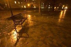 Banco vacío en la lluvia imagen de archivo