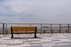 Banco vacío que mira al mar. Fotografía de archivo
