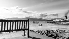 Banco vacío y opinión hermosa del paisaje de Loch Lomond en Scotl Imagen de archivo