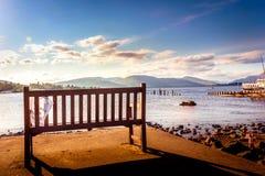 Banco vacío y opinión hermosa del paisaje de Loch Lomond en Scotl Imagenes de archivo