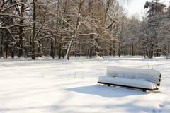 Banco vacío en invierno Fotos de archivo