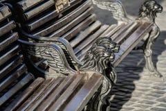 Banco velho bonito com leões do ferro imagem de stock royalty free