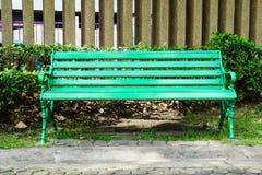 Banco verde no parque fotos de stock royalty free