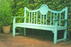 Banco verde no parque do jardim Foto de Stock Royalty Free
