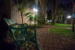 Banco verde solo en la noche Imágenes de archivo libres de regalías