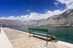 Banco verde sulla baia di Kotor Fotografia Stock