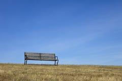 Banco vuoto con cielo blu Immagine Stock Libera da Diritti