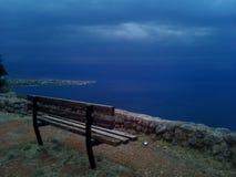 Banco vuoto un giorno nuvoloso di autunno fotografie stock libere da diritti