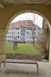Banco y arco en el Burg de Graz imágenes de archivo libres de regalías