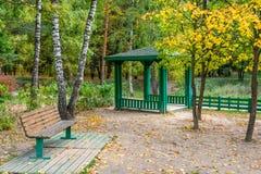 Banco y pabellón en parque del otoño Imágenes de archivo libres de regalías