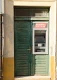 Bancomat de la atmósfera en puerta verde vieja del grunge Foto de archivo libre de regalías