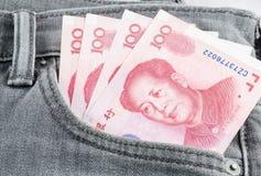 Banconota cinese di yuan nella tasca grigia del tralicco Fotografie Stock Libere da Diritti