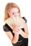 Banconota dei soldi di valuta della lucidatura della tenuta della donna di affari Fotografia Stock