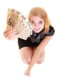 Banconota dei soldi di valuta della lucidatura della tenuta della donna di affari Fotografie Stock Libere da Diritti