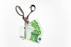 Banconota dei tagli di forbici euro su bianco Immagini Stock
