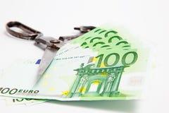 Banconota dei tagli di forbici euro su bianco Fotografie Stock Libere da Diritti