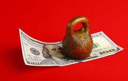Banconota del dollaro americano nell'ambito di peso su fondo rosso fotografie stock