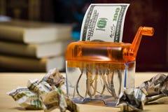 Banconota del dollaro in un apparecchio per distruggere i documenti Immagine Stock Libera da Diritti