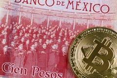 Banconota del peso del messicano 100 con un bitcoin dell'oro fotografia stock