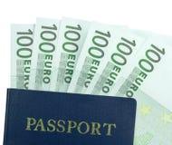 Banconota dell'euro 100 e del passaporto Fotografie Stock Libere da Diritti