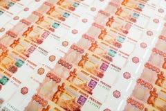 Banconota di carta russa 5000 rubli di fondo Disposizione piana, vista superiore Immagini Stock