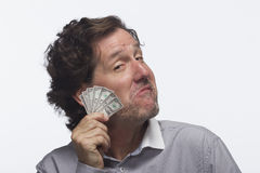 Banconota in dollari compiaciuta della tenuta dell'uomo, orizzontale Fotografia Stock Libera da Diritti