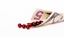 Banconota in dollari e capsule dell'olio di pesce Immagine Stock Libera da Diritti