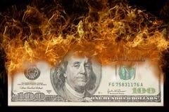 Banconota in dollari 100 su fuoco Fotografia Stock Libera da Diritti