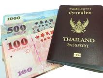 Banconota e passaporto - orizzontale fotografia stock libera da diritti