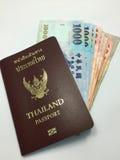 Banconota e passaporto - verticale Fotografia Stock Libera da Diritti