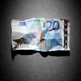 Banconota sgualcita dell'euro 20 su priorità bassa grigia Fotografia Stock